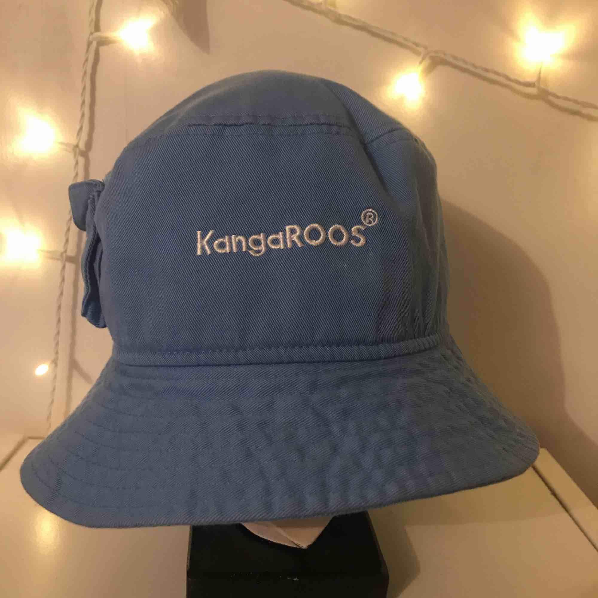 En blå Kangaroos buckethat. köpt för ca 600kr och finns nog inte nu längre i butik då de slutat säljas. Skriv för mer bilder. Frakt ingår i priset vilket även kan diskuteras🌎PS, finns någon vit liten fläck på framsidan men går lätt att gnugga bort. Accessoarer.