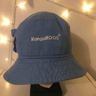 En blå Kangaroos buckethat. köpt för ca 600kr och finns nog inte nu längre i butik då de slutat säljas. Skriv för mer bilder. Frakt ingår i priset vilket även kan diskuteras🌎PS, finns någon vit liten fläck på framsidan men går lätt att gnugga bort
