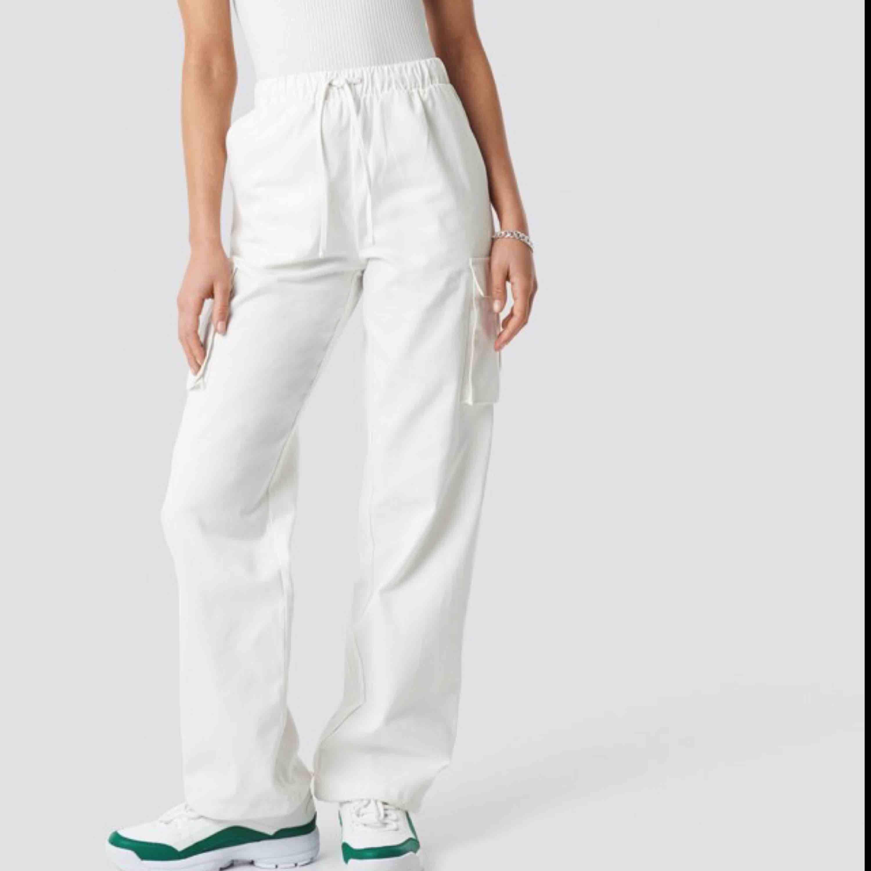 Drawstring Cargo Pants White Astrid Olsen som är helt slutsålda!! jag har använt de 3 gånger så de är nästan helt nya. det finns band där nere så man kan göra de tajta men också ha de lösa, båda riktigt snyggt!! kolla nakd sizeguide om osäker på storleken. Jeans & Byxor.