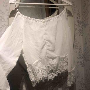 Jättefin vit tröja med fina spetsdetaljer, Aldrig använd