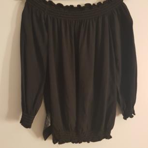Svart off shoulder från vero moda. Är mycket mer svart i verkligheten (ljuset gör så att det blir så).