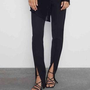 ALDRIG ANVÄNT, helt nya med prislapp på. Snygga svarta byxor med skärning framtill! Frakt 50kr