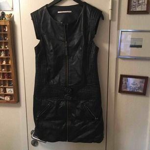 Klänning i svart skinn storlek 36. Använd en gång. Nästan som ny. Truly by park two är märket på klänningen