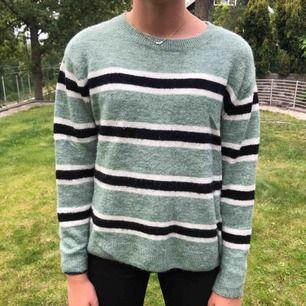 H&m stickad tröja. Grön med vit/svarta ränder. Jättefint skick. Säljer pga att jag inte använder den längre