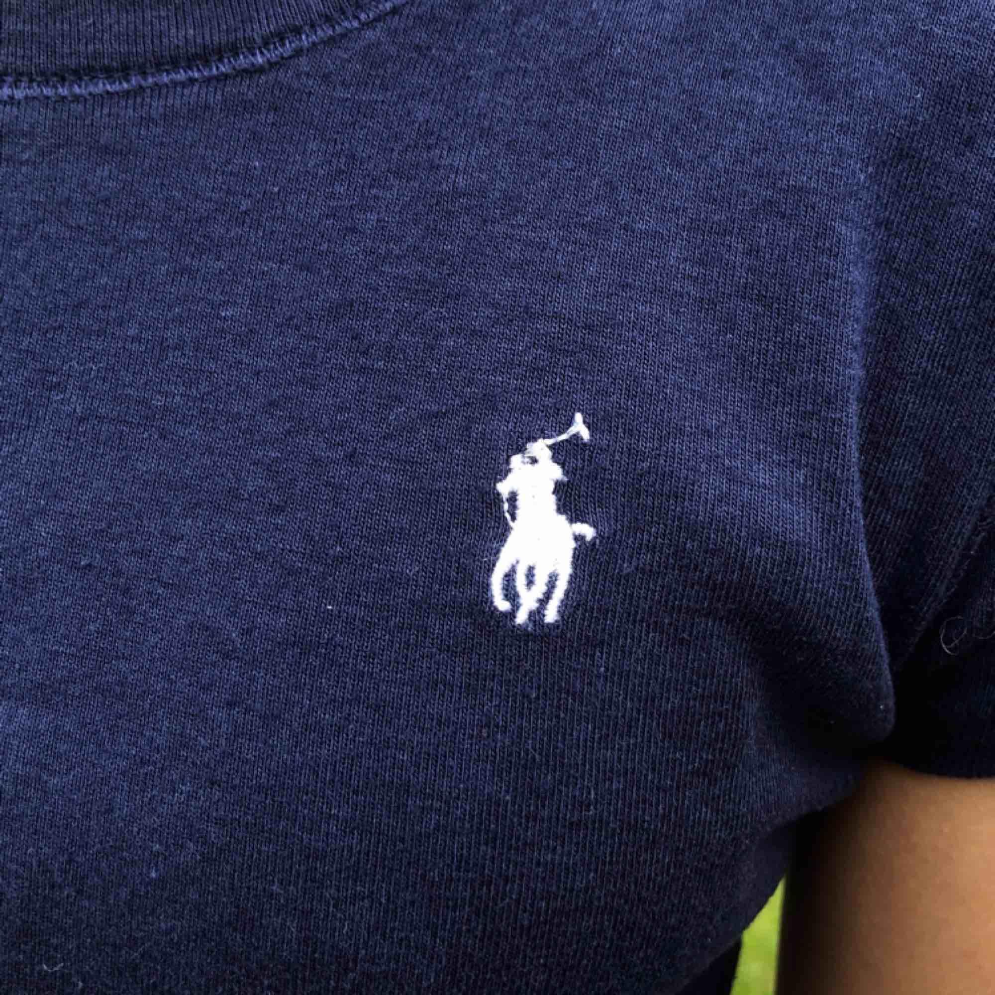 Jättefin marinblå t-shirt från polo Ralph Lauren. Såklart äkta. Storlek L i barnstorlek motsvarar en xs. T-shirts.