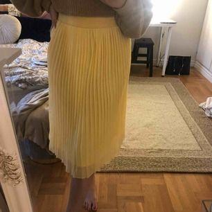 Superfin gul plisserad kjol från NAKD, använd totalt 2 gr. Just i denna färgen så är kjolen slutsåld.