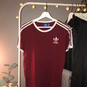 Snygg mörkröd Adidas Originals t-shirt i storlek S. Lite oversized och i nyskick✨✨ Köparen står för eventuell frakt.