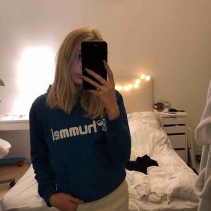 """En hoodie med jättefin """"kvällshimmelblå"""" färg"""