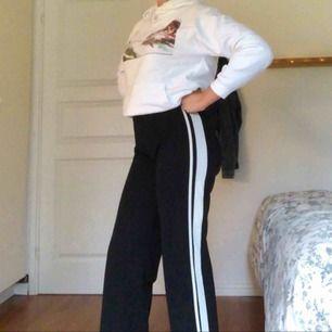 Svarta sköna byxor från gina tricot köptes för ett halvår sedan men använder inte längre inga slitningar eller fläckar👼💍 (köparen står för frakt)