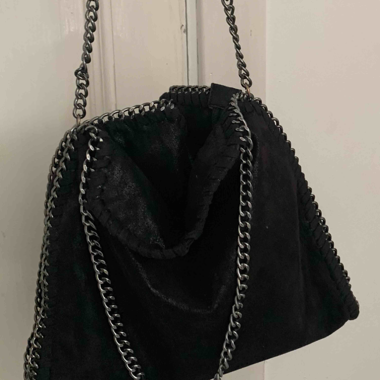 Inspirerad stella mccartney väska Väldigt gott skick Säljes igen pga oseriösa köpare.. Väskor.