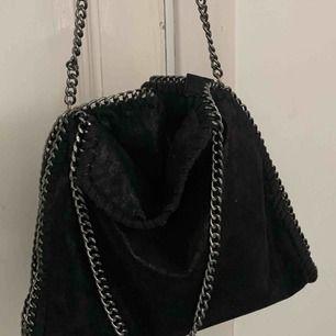 Inspirerad stella mccartney väska Väldigt gott skick Säljes igen pga oseriösa köpare.