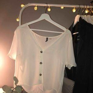 Ny söt blus från H&M i storlek 38<3 Helt oanvänd och jag står för frakten!