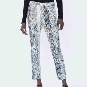 Kostymbyxor i snakeprint från Zara, strl S. I fint skick! Frakt ingår i priset🥰