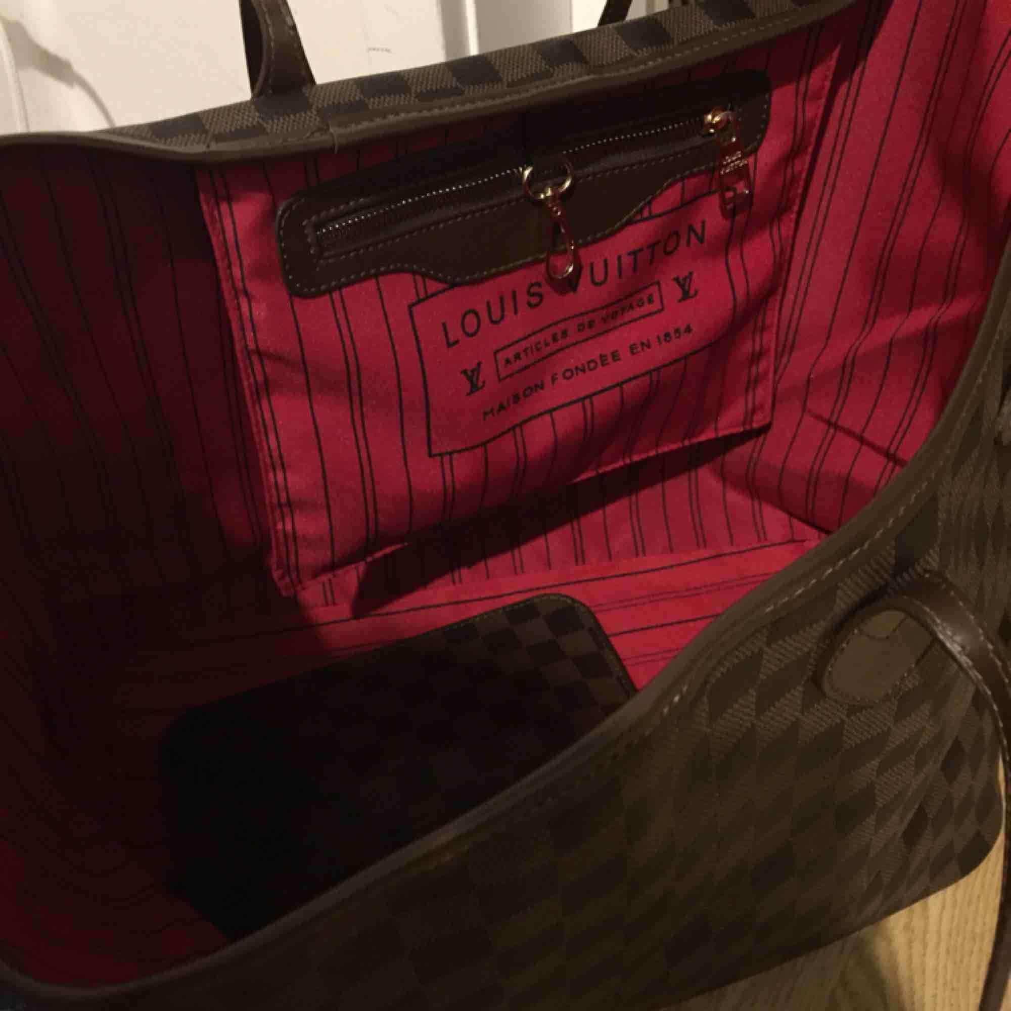 Lv väska i nyskick! Ink frakt! Oäkta. . Väskor.