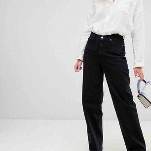 Supersnygga jeans från Weekday som tyvärr inte kommer till användning. Modellen heter Line. Obs dom jag säljer är washed black alltså mer gråaktiga och ej helsvarta!!! W26/L32