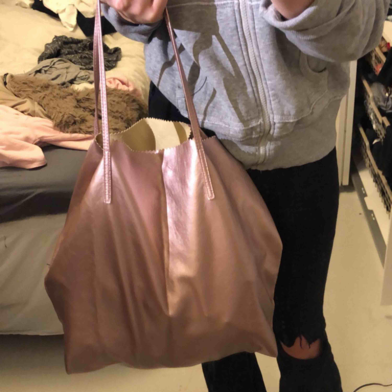 Jättecool rosa väska ifrån Kappahl! Funkar jättebra som skolväska eller liknande, stor och smidig.. Väskor.