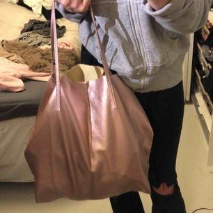 Jättecool rosa väska ifrån Kappahl! Funkar jättebra som skolväska eller liknande, stor och smidig.