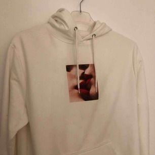 Hoodie från carlings. Aldrig använd då jag har andra tröjor jag använder!  Frakt tillkommer :)
