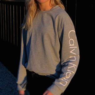 En jättefin grå tröja från Calvin Klein, använd sparsamt och är i jättebra skick. Vet inte för hur mkt jag köpte den men skulle gissa på ngn stans mellan 500 och 1000 💕 Storleken passar en XS Kan skicka fler bilder Köparen står för frakten🥰