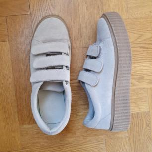 Jättefina skor som tyvärr inte kommer till användning. Provade utomhus en kortare stund så är i nyskick. Köpta på Urban Outfitters, dyra i inköp. Hämtas i Nyköping annars tillkommer spårbart frakt på 65kr.