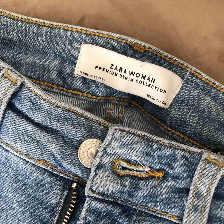 Ett par ljusa jeans med slitningar. Köparen står för frakten!. Jeans & Byxor.
