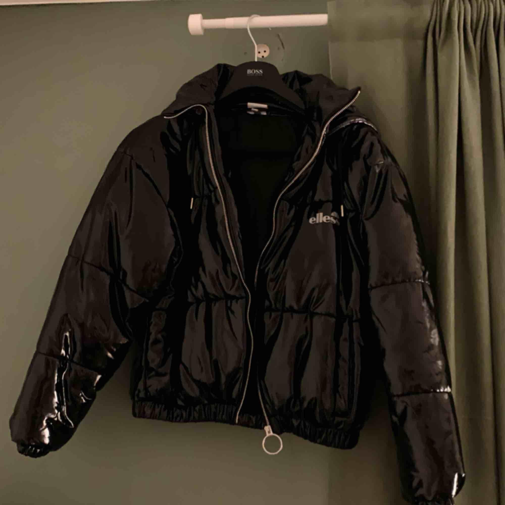 Riktigt fet jacka köpt i vintras men sällan använts. Kan mötas upp i Gbg eller så står köparen för frakt! Tar köp via swish. Skriv för fler bilder☺️ Nypris: 1300kr . Jackor.