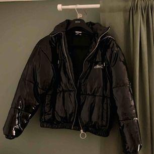 Riktigt fet jacka köpt i vintras men sällan använts. Kan mötas upp i Gbg eller så står köparen för frakt! Tar köp via swish. Skriv för fler bilder☺️ Nypris: 1300kr