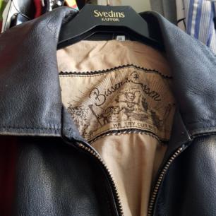 Skit cool skinnjacka, perfekt för vintern! Coola tryck på insidan av jackan. Bra fickor också! Köpt second hand.