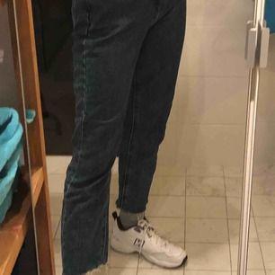 Säljer dessa knappt använda lee jeans pga för stora i midjan på mig😢. Jag har vanligtvis storlek 25 i midjan och är 165 centimeter lång. ((: