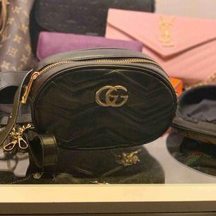 En liten Gucci väska, kan både användas som magväska och axelremsväska. Väldigt bra kvalité och snygg är den såklart. 😍🤙🏽