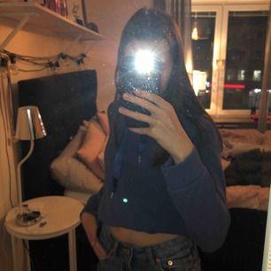 Lite längre blå hoodie från Gina Tricot.