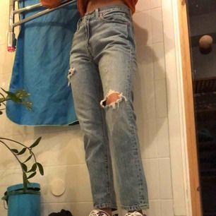 Ett par ljusblåa Levis jeans. För stora i midjan på mig men annars helt oanvända. Har klippt hålen själv.😜