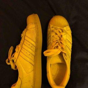Adidas originals superstar, lite smutsiga men går att tvätta bort. Köparen står för frakten.