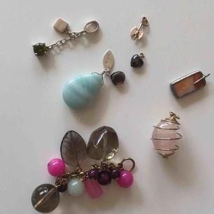 Säljer en bunt berlocker till smyckestillverkaren. Materialen är glas, olika stenar metall bla 9K guld. Säljes helst tillsammans. OBS! Tänk dig för innan du skriver köper utan att fullfölja det för att undvika onödigt besvär😘