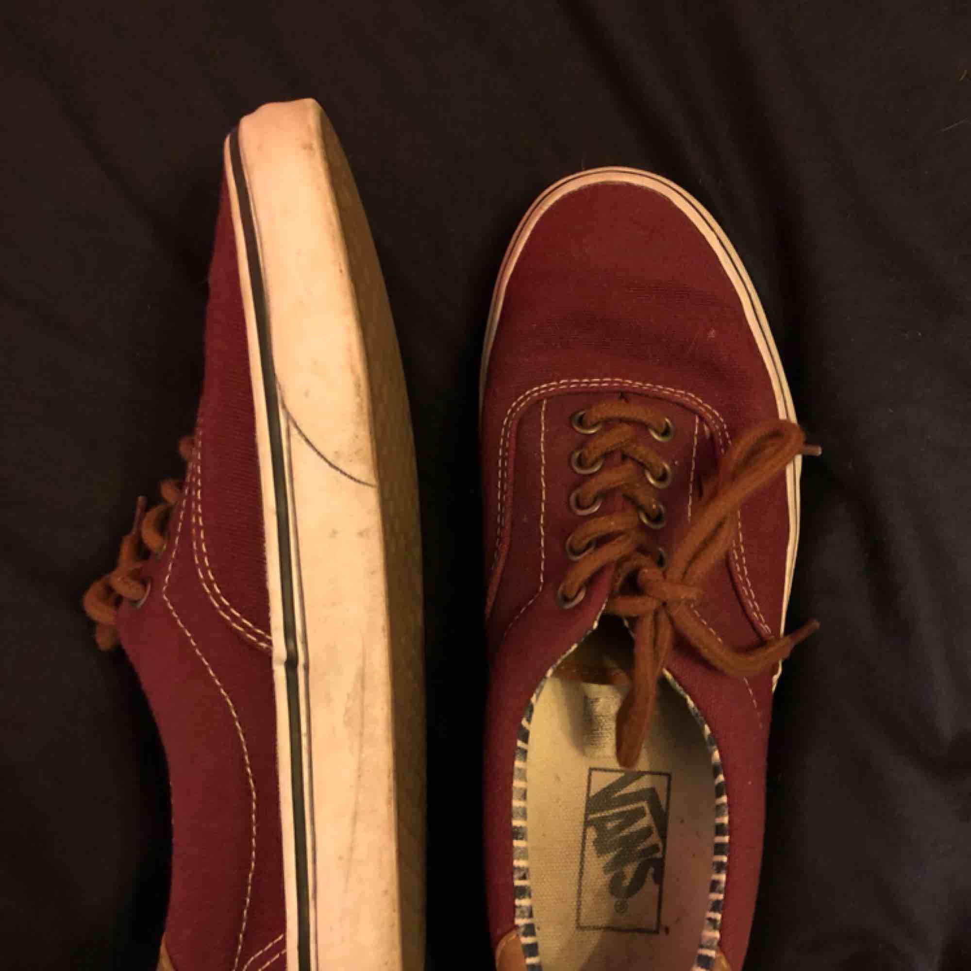 """Vinröda vans med """"skin"""" tunga. Lita slitna inuti skon men går att använda utan problem. Köparen står för frakten.. Skor."""