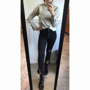 Svarta jeans från NA-KD. High waisted. Bra skick. Storlek 38.  Ska jeansen fraktas tillkommer en kostnad på 50kr. Kan vi mötas i Kungsbacka/Kållered  blir frakten gratis.