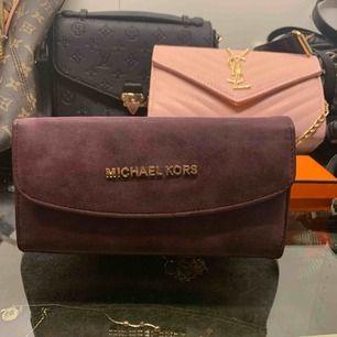 Väldigt snygg Michael kors plånbok! En väldigt fin annorlunda färg som gör dig extra fin. ALDRIG använd.