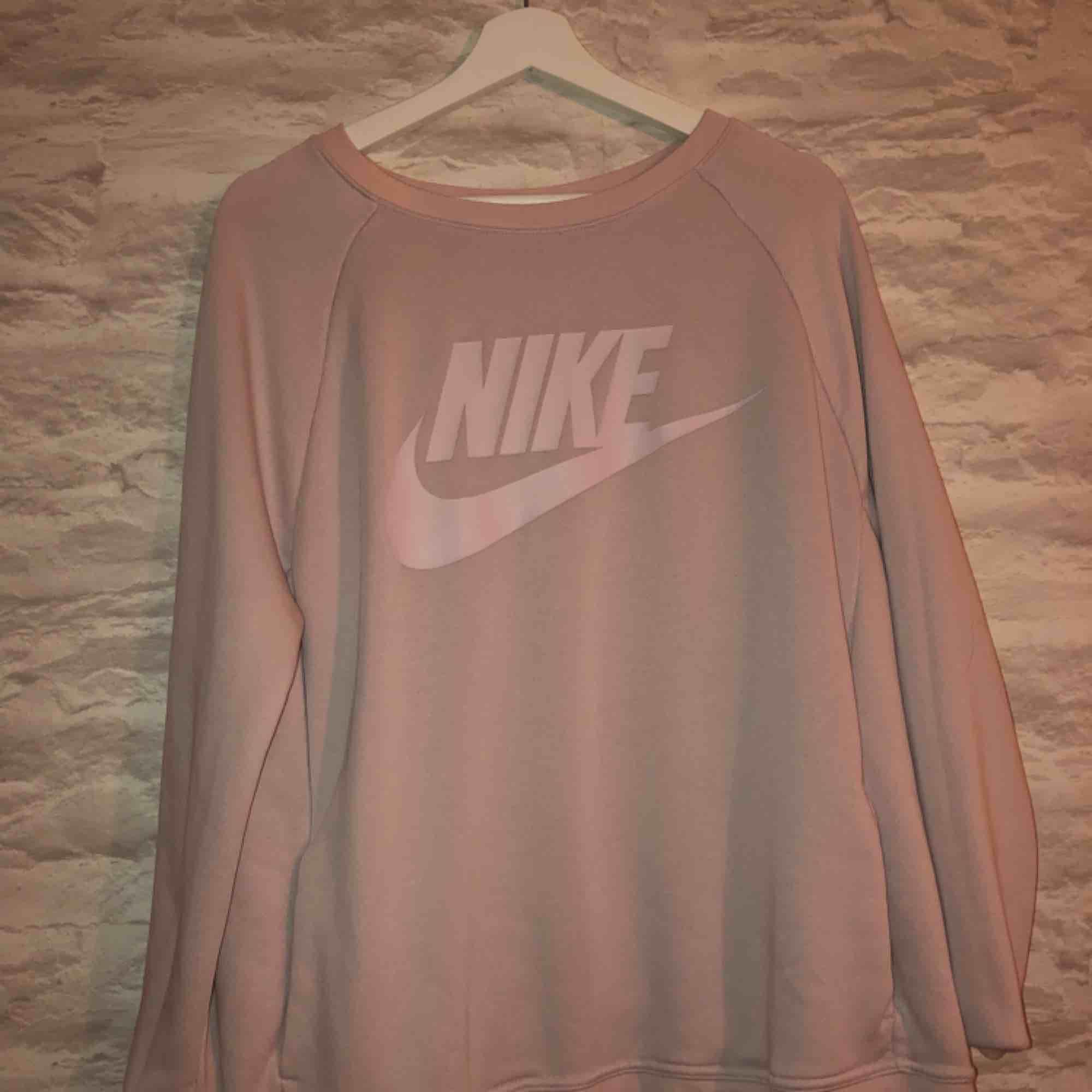 Ljus rosa Nike tröja. Köparen står för frakt.. Huvtröjor & Träningströjor.