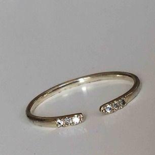 Edblad LAB kuma shiny silver med gnistrande kristaller. Kan även användas som fingertoppsring. NY. Skickas utan ask. OBS! Tänk dig för innan du kommenterar köper för att undvika besvär🥰