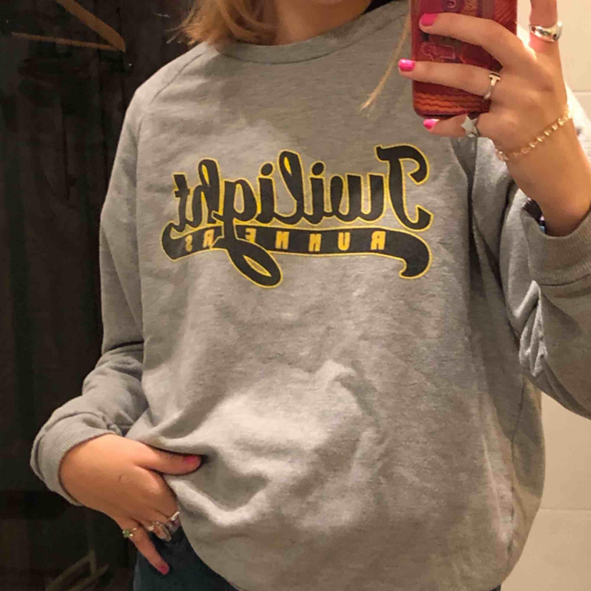 Asnajs sweatshirt från urban outfitters. Köpt för några år sedan men är bara använd ett fåtal gånger😊😊. Tröjor & Koftor.