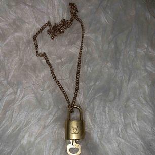 Louis Vuitton lås! Kedja, nyckeln och frakten ingår i priset! (Kan självklart sälja billigare vid snabb affär☺️)