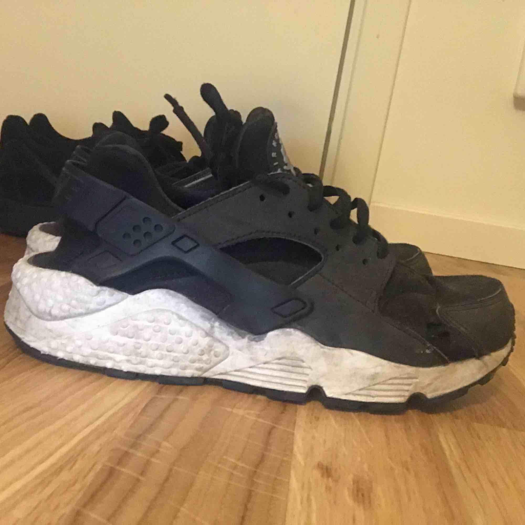 Nike air huarache svart vita . Skor.