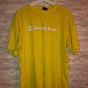 Gul champion t-shirt i storleken XXL men sitter som en L. Köparen står för frakten.