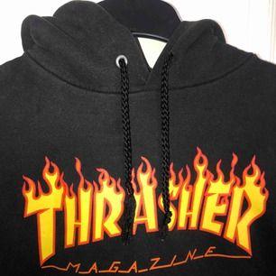Säljer en trasher hoodie, har inte min just nu men ska lägga in bilder på den i helgen! Min har ett litet hål längs ner på ärmen men som knappt syns, minns ej storleken men tror det var S/M men den är rätt oversized! Ska somsagt kolla i helgen!💕💕💕