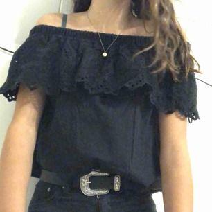 En super söt och snygg offshoulder tröja i svart och har ett coolt mönster, använd typ 2 gånger oh är i bra skick! 🥰 köpare står för frakt!