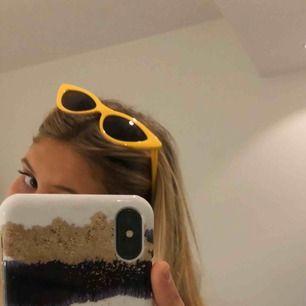 SÅ snygga solglasögon i riktigt snygg gul färg! Helt nya, aldrig använda! Frakten är inräknad i priset