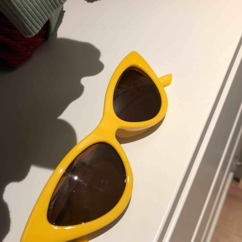 SÅ snygga solglasögon i riktigt snygg gul färg! Helt nya, aldrig använda! Frakten är inräknad i priset . Accessoarer.