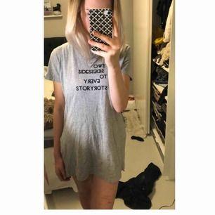 Grå lite större tröja som funkar jättebra som en strandklänning, sovtröja eller tröja invikt i byxor mm. Smart tryck på framsidan🤩