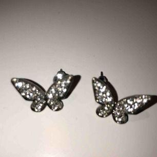 Snygga örhängen som är i form av fjärilar. Dom är super glittriga och är aldrig använda. 🥰🥰 köpare står för frakt!