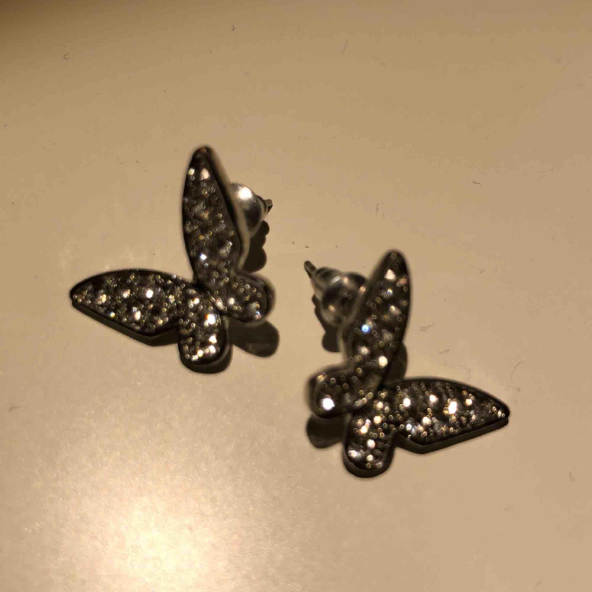 Snygga örhängen som är i form av fjärilar. Dom är super glittriga och är aldrig använda. 🥰🥰 köpare står för frakt! . Accessoarer.